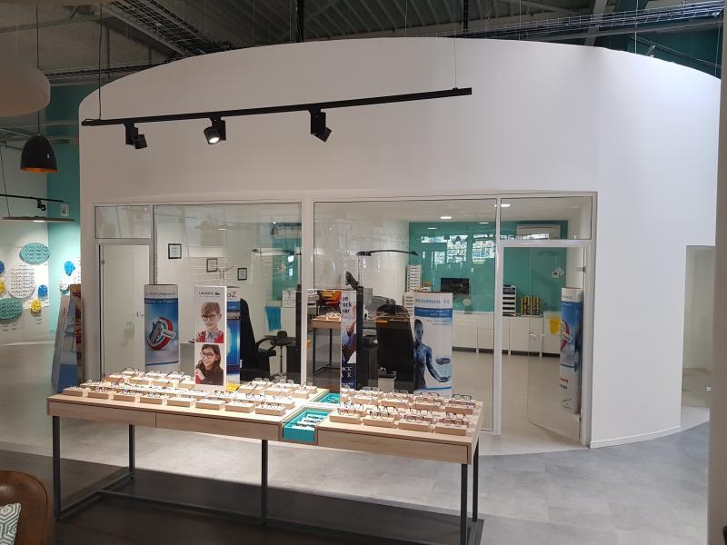 Une bulle médicale est à disposition avec deux salles d'examen de vue.