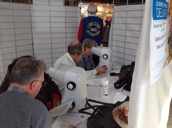 Examens de vue, le 14 octobre, dans la galerie Auchan de Villebon-sur-Yvette (91) avec le Lions Clubs France. Sur 121 personnes examinées, seul 60 avaient une vision satisfaisante, 61 personnes ont été référées pour examens ophtalmologiques complémentaires.