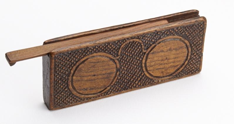 Série d'étuis (galuchat et bois) datant du XVI au XVIIe siècle. ©Musée de la Lunette, coll. Essilor Pierre Marly. Photo : Pierre Guenat