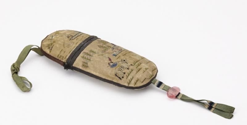 Etui en soie brodée, XIXe siècle ©Musée de la Lunette - coll. Essilor-Pierre Marly. Photo : Pierre Guénat