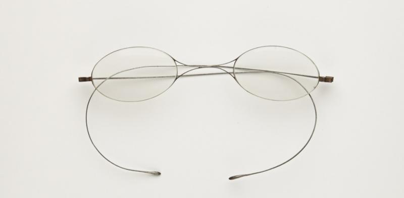 Lunettes-fil ou lunettes-cheveux, laiton, fin du XIXe– début du XXe siècle ©Musée de la Lunette - coll. Essilor-Pierre Marly. Photo : Pierre Guénat