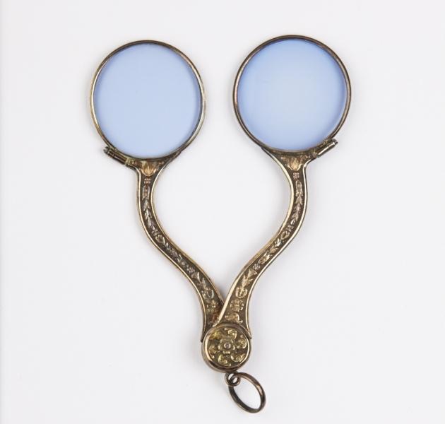Binocles avec des verres teintés, vermeil, fin XVIIIe – début XIXe siècle ©Musée de la Lunette - coll. Essilor-Pierre Marly. Photo : Pierre Guénat