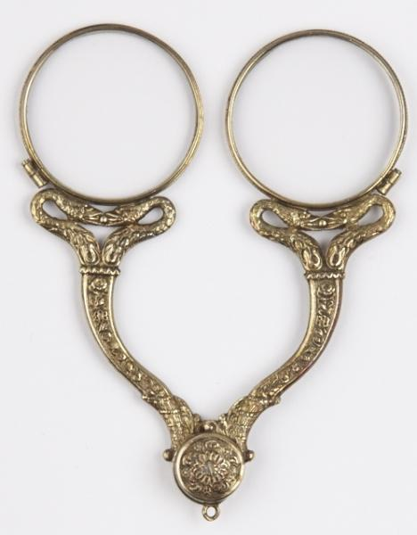 Binocles, vermeil, fin XVIIIe – début XIXe siècle, décorées de motif serpents et destinées aux femmes, ©Musée de la Lunette - coll. Essilor-Pierre Marly. Photo : Pierre Guénat