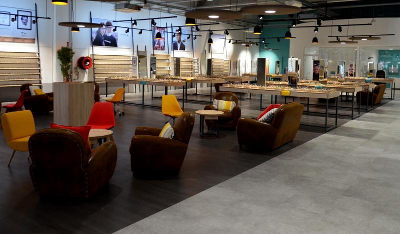 Des « cosy corners » accueillent les clients à différents points du magasin pour faciliter les échanges avec les opticiens.