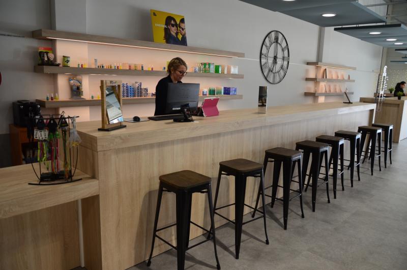 Un bar à lunettes offre les services de livraison et de vente rapide.