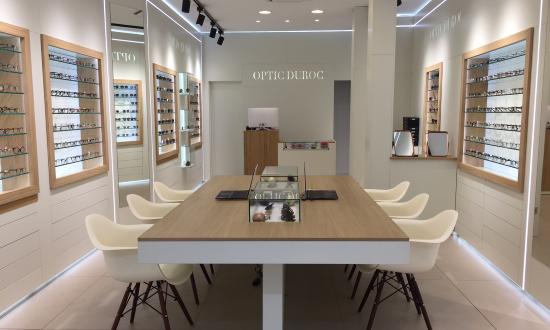 Le client est au centre du point de vente. Il est assis à côté de l'opticien et non plus face à face.