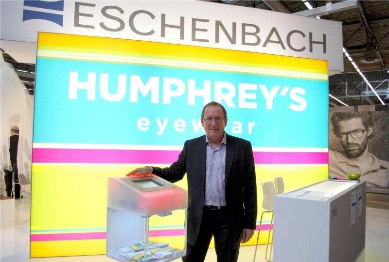Gilbert Le Nouy, DG d'Eschenbach, devant la borne du jeu organisé par le groupe pour faire gagner à l'un de leurs clients, la somme de 100 000 euros à celui qui trouvera la bonne combinaison de chiffres...