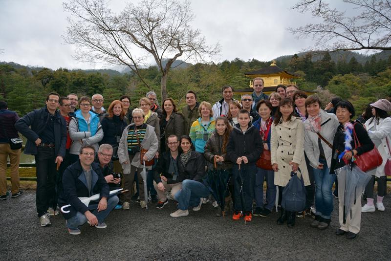 Photo du groupe au temple d'or à Kyoto que l'on aperçoit au fond