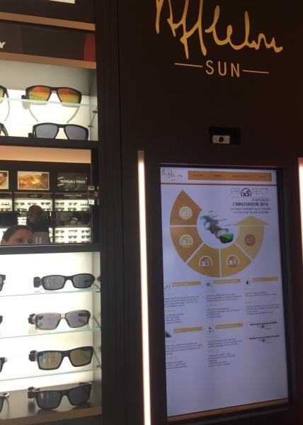 L'espace Afflelou Sun dispose d'une borne interactive. Les porteurs peuvent visualiser l'exhaustivité de l'offre montures, les dernières tendances, avoir des explications sur les verres et se prendre en photo avec le modèle de leurs rêves ©Acuité 2017