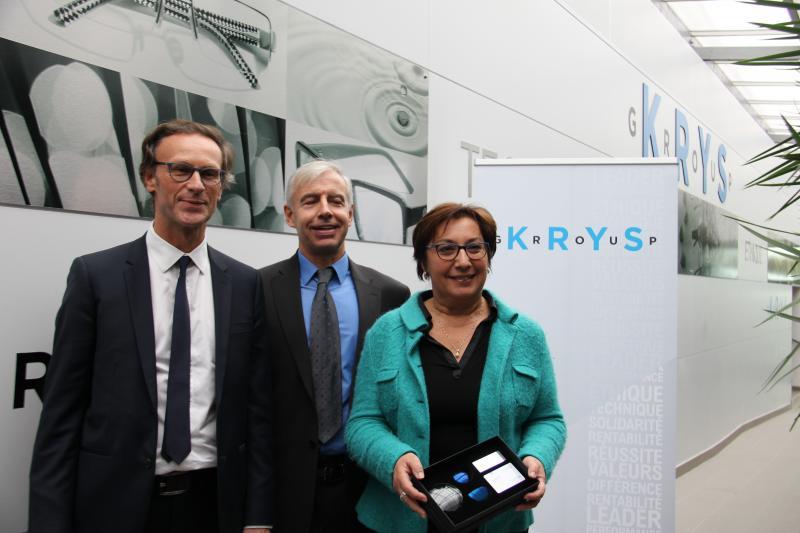 Pour clôturer cette visite, Jean-Pierre Champion et Fabien Hamès ont remis à Martine Pinville un coffret de verres Origine France Garantie (OFG), bénéficiant du traitement anti-lumière bleue. ©Acuité 2016