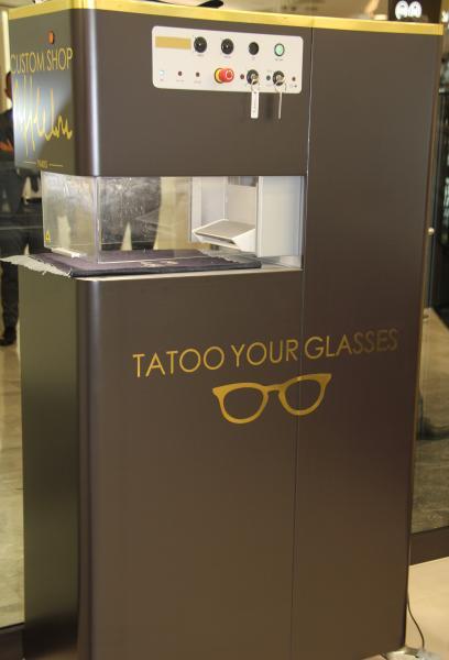 Dernière innovation : la personnalisation par gravage laser. Le porteur peut personnaliser ses lunettes, son étui et sa microfibre, sans limite. ©Acuité 2017