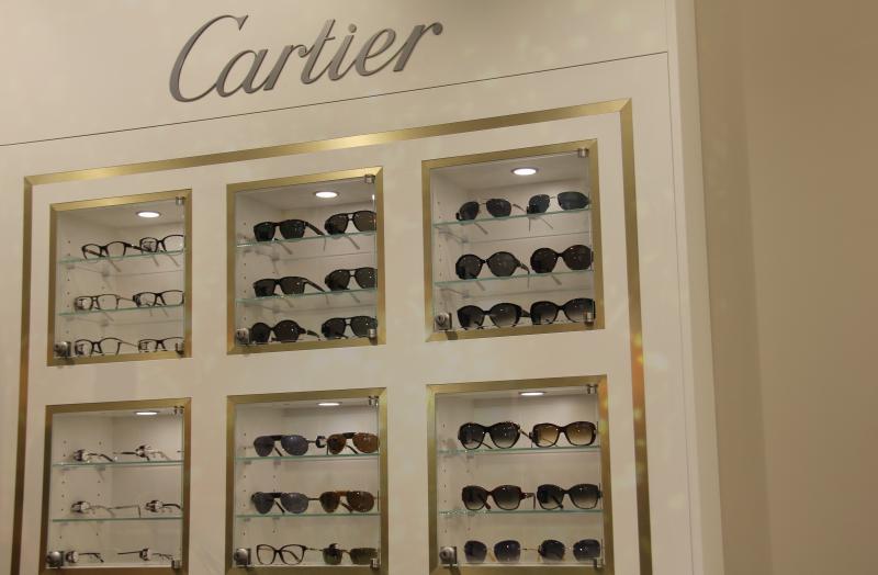 Une vitrine bijoux sécurisée met en valeur une collection haut de gamme à l'entrée du magasin. ©Acuité 2017