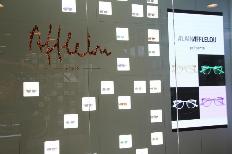 Dans la vitrine, la cascade de lunettes présente les modèles de la griffe Afflelou Paris et attire l'oeil des passants. ©Acuité 2017
