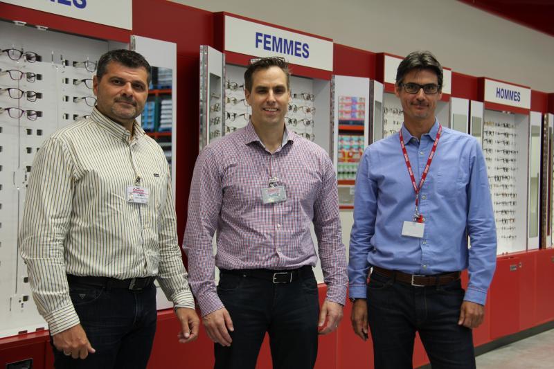 De gauche à droite : Gary Swindells, DG Costco France ; Marc Chapados directeur des achats optiques ; et Jean-Charles Kunsch, opticien manager du 1er centre optique Costco France. ©Acuité 2017