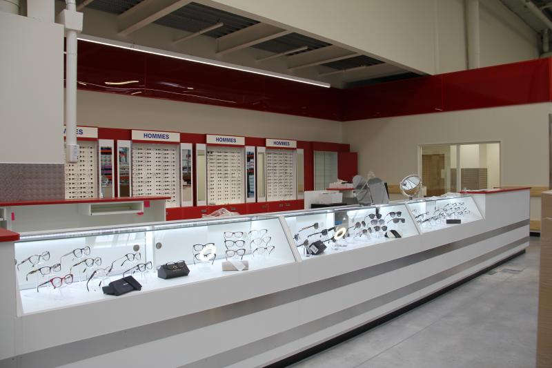 Costco propose peu de références, seulement 436 lunettes de vue (hommes, femmes et enfants confondues) et 110 solaires. L'enseigne travaille avec des marques haut de gamme et sa propre collection, baptisée Kirkland Signature. ©Acuité 2017