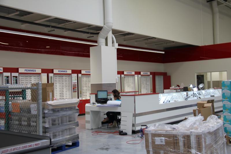 Outre les présentoirs et les vitrines habituelles, Costco propose en libre-service sur palettes des coffrets de solaires de marques (monture + étui), à l'image des enseignes de parfumerie.