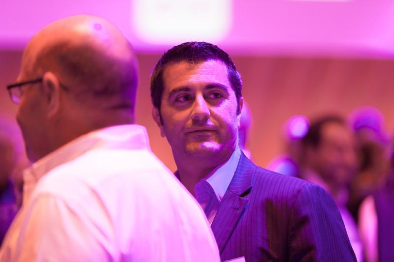 Jenkiz Saillet, Directeur commercial et marketing de Novacel. De dos, Gilles Demetz, PDG de Demetz Optiques de Sport