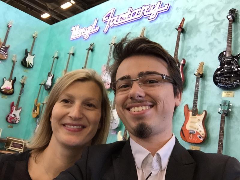 Vincent avec Caroline Blond sur le stand Angel Eyes pour la collection Little Vinyl Factory