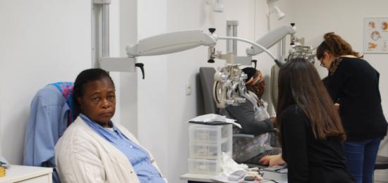Célia s'est faite opérer de la cataracte l'année dernière mais a encore beaucoup de difficultés à voir