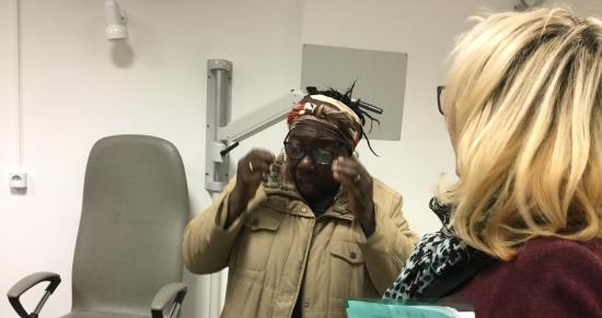 Célia reçoit ses lunettes. Elle a compris à quel point sa mauvaise vision l'handicapait