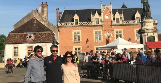 Didier Papaz entouré de Pierre Marechal et Lise Barcatta, responsables du point de vente Optic 2000 d'Auxonne (21)  (Magasin d'Olivier Padieu), point de passage de la 1re étape du Tour Auto