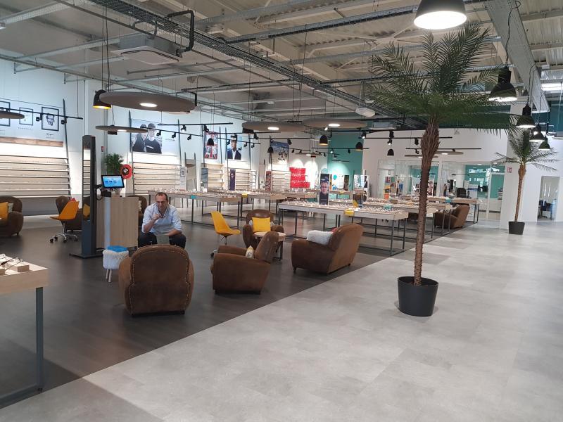 Le magasin dispose d'une surface de vente de 866m² avec un très grand choix de montures et de marques.