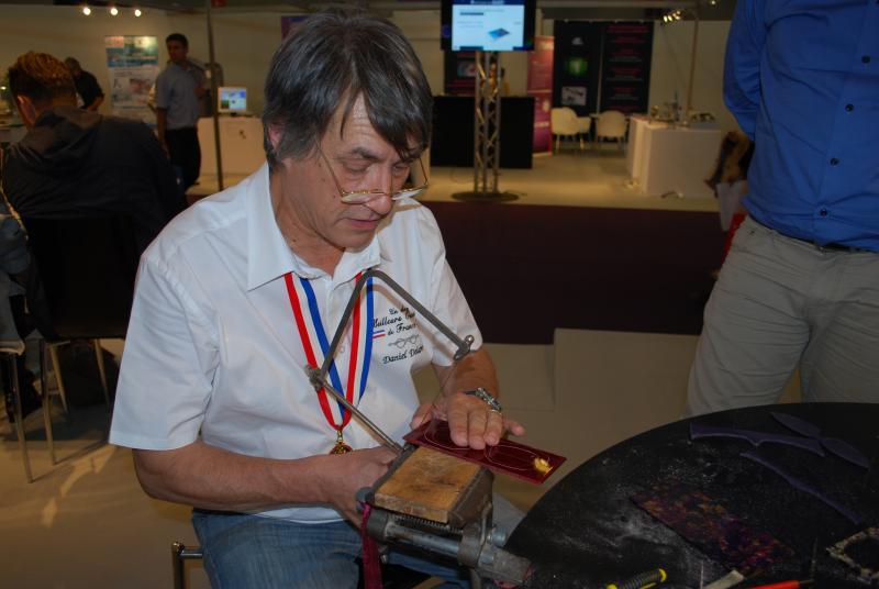 Daniel Delabre montre comment s'effectue une découpe de plaque d'acétate