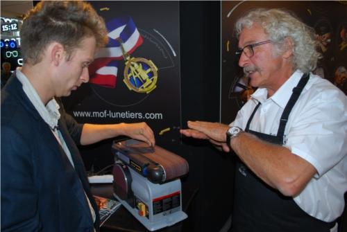 Alain Clerc en train de montrer comment préparer au polissage une pièce découpée à la toupie