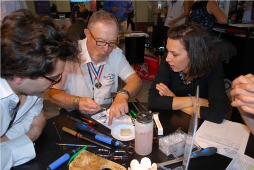 Jacques Demay montre comment poser des plaquettes sur une monture acétate (et comment façonner le nez)