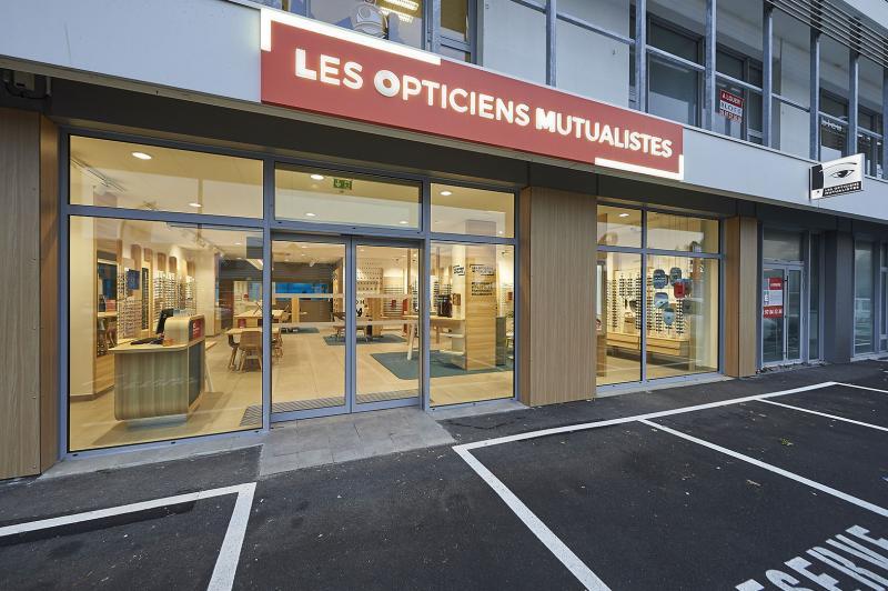 La vitrine des nouveaux magasins est très transparente pour inviter le client à entrer.