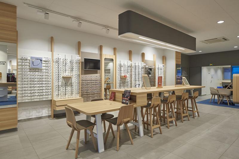 La table d'échanges, élément central du magasin, facilite la communication entre les personnes pour un choix monture collaboratif, plus facile et convivial.