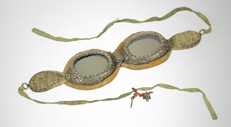 Lunettes dites du « Dalaï-Lama », soie et argent finement ciselé, XIXe siècle ©Musée de la Lunette, coll. Essilor - Pierre Marly/Bernardot Photos