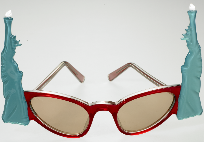 Anglo-Américan Eyewear, modèle « Statues de la Liberté », 1960-1970, plastique. ©Musée de la Lunette, coll. Essilor - Pierre Marly