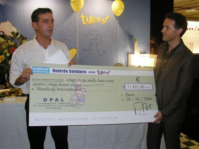 François Fort d'Opal remet un chèque à Handicap International