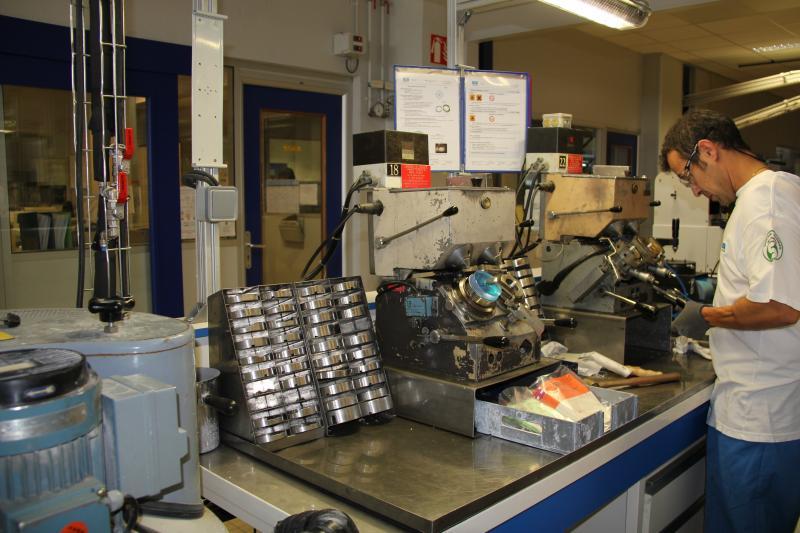 Le laboratoire est divisé en plusieurs ateliers. Ici, la partie des verres organiques où plusieurs opérateurs, capables de réaliser un verre de A à Z, s'occupent du surfaçage des verres, de l'ébauchage, au doucissage et au polissage. ©Acuité 2014