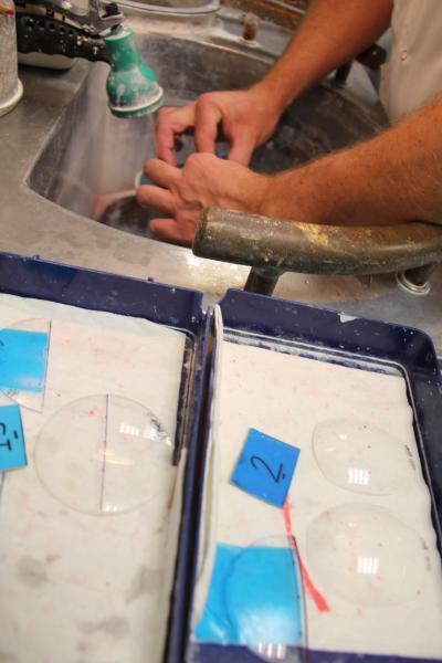 Pour faire un montage Franklin, les verres doivent être doucis et polis à la main avant polymérisation. ©Acuité 2014