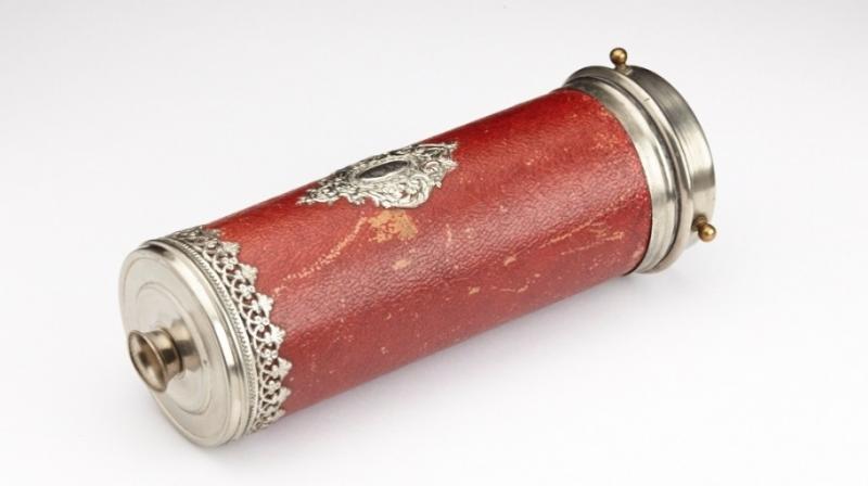 Kaléidoscope, miroirs de sorcières, XIXe– XXe siècles. Les premiers kaléidoscopes de poche apparaissent vers 1820. Ils sont remplis d'éclats de verres colorés. Les prismes à facettes recomposent le paysage en multipliant virtuellement les éléments qui entrent dans le champ de vision de l'observateur qui s'en munit. ©Musée de la Lunette - coll. Essilor-Pierre Marly. Photo : Pierre Guénat