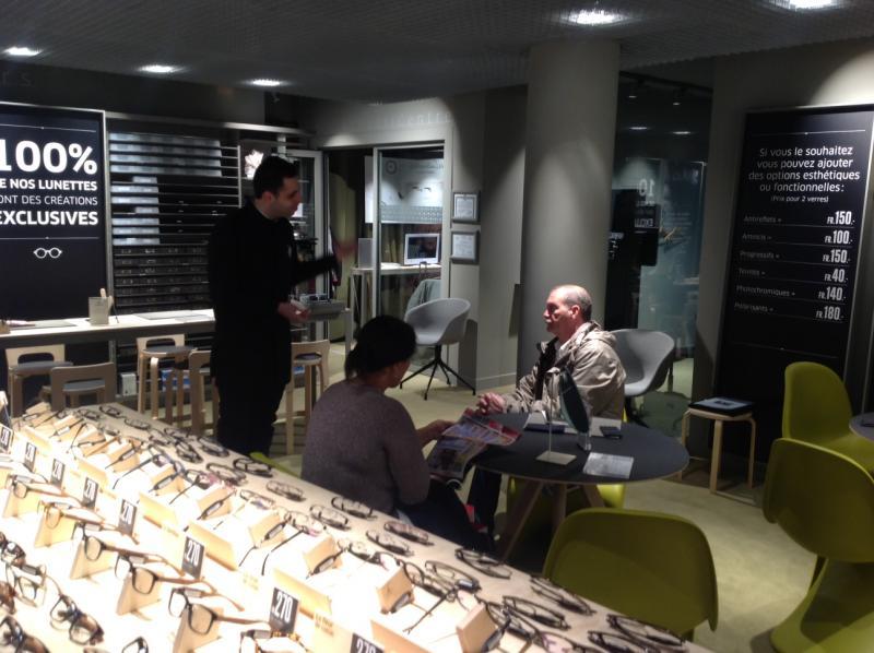 Acuitis Galerie joue sur la transparence des prix en magasin, en affichant les tarifs de chaque options que le client se verra proposer.