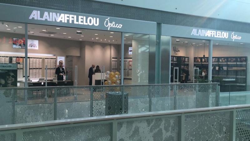 Les prochaines ouvertures de l'enseigne en France comme à l'international adopteront ce concept. Ici, le magasin Afflelou dans le centre commercial de Sintra au Portugal.