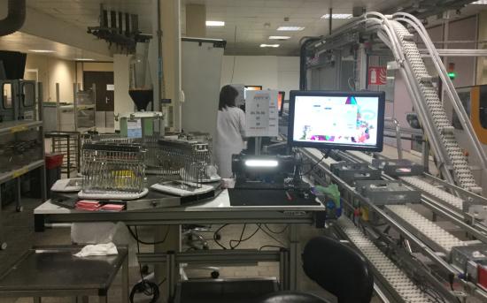 Tous les verres issus du surfaçage passent par l'atelier traitements : opération manuelle et contrôle du verre. La traçabilité est assurée par numérotation des paniers et des pinces