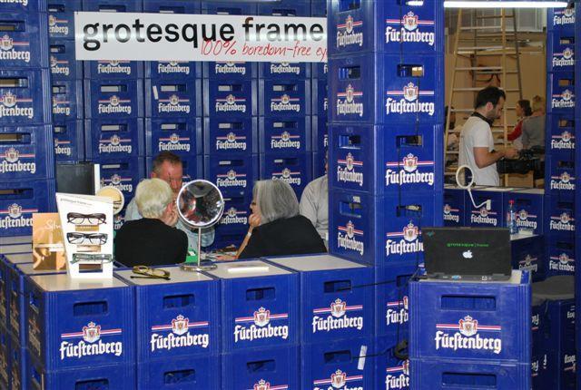 Ameublement en caisse de bière chez Stand Grotesque Frame