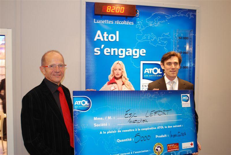Eric Lefort remet son don à la cooperative Atol