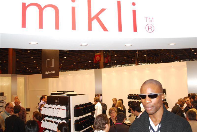 L'athlète mal-voyant Trésor Makunda sur le stand Mikli