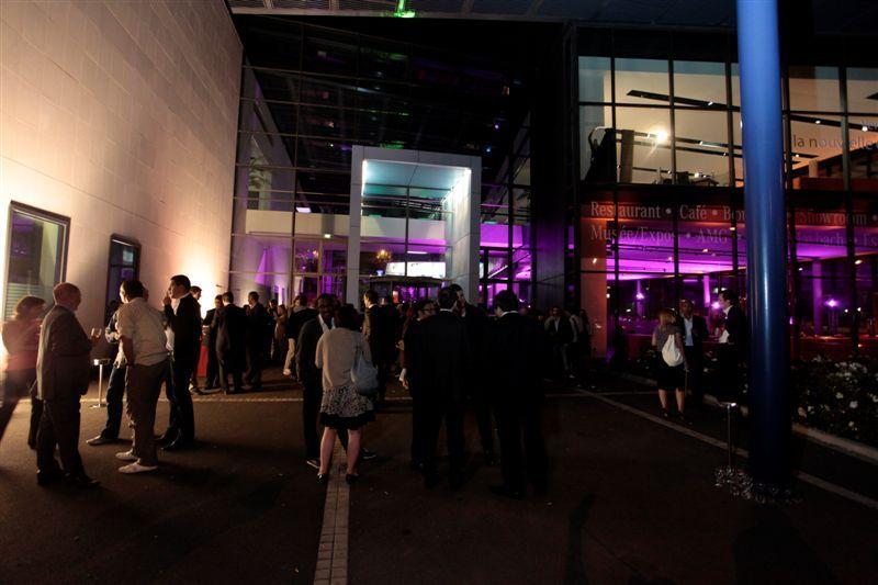 Le Mercedes Benz Center, extérieur nuit