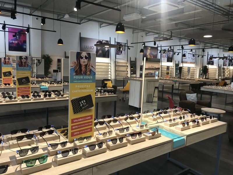 Les montures sont présentées sur des tables d'exposition.