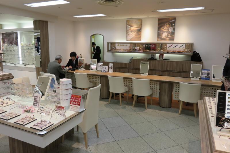 L'opticien Paris Miki dans le grand magasin Takamaschi à Kyoto