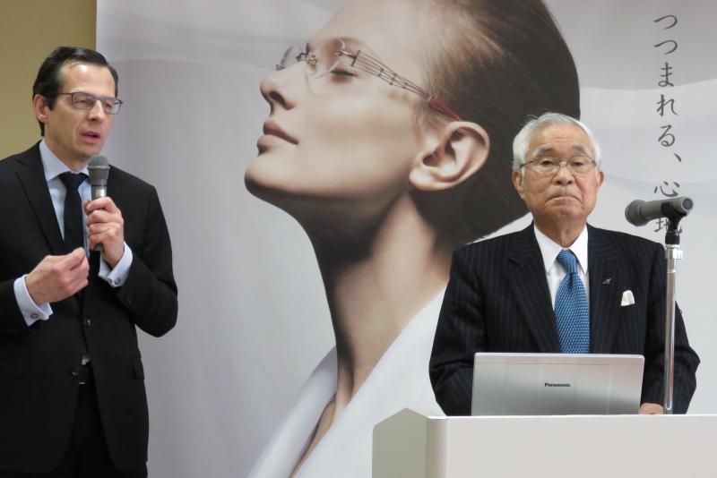 Yves Desgagnés qui parle couramment japonais traduit les propos de M. Horikawa qui retrace l'historique de l'entreprise créée en 1956