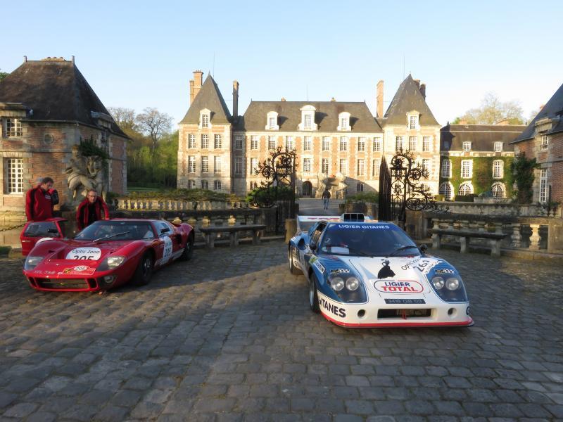 Une Ferrari et une Ligier devant le château de Courances (91)