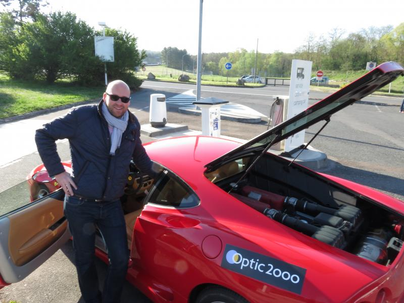 François Quesney, opticien à Saint Gilles Croix de Vie devant la Ferrari 360 Modena de l'année 2000