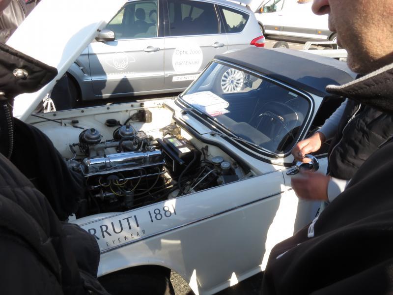 Premier incident mécanique de la Triumph TR4, une demi-heure après le départ du Château de Courances